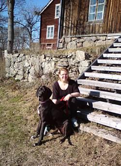 Elisabeth met hond in Zweden
